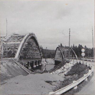 April 2014 Här kommer en bild som lånats ut av Sigrid Wikman (Nilsson) och visar bygget av bron över Örån omkring 1954.