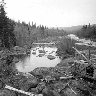 Januari 2014 Denna bild är tagen av Ossian Olofsson 1930 och visar en flottningsdamm i närheten av Vargträsk. Någon som vet mer om denna damm?