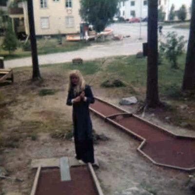 November 2017 Ytterligare en bild som lånats av Kari Hammer. Denna gång en bild av minigolfbanan som man fortfarande kan se rester av i skogen vid skolan. Någon som har några minnen från denna golfbana att dela med sig av? Kontakta i så fall mig på ake@runnman.se.