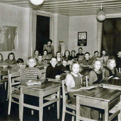 December 2017 Ett klasskort från klass 3-4 läsåret 1949/50 på östra sidan med Edit Andersson som lärare. Inskickat av Edgar Lycksell. Är det någon som vet namnen på eleverna?
