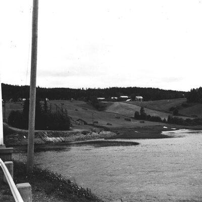 April 2018. Från arkivet på Västerbottens museum fotograferat av Bengt-Åke Jonasson  Örträsket utlopp i söder. Foto från östra brofästet.  Någon som kan berätta mer får gärna kontakta mig ake@runnman.se