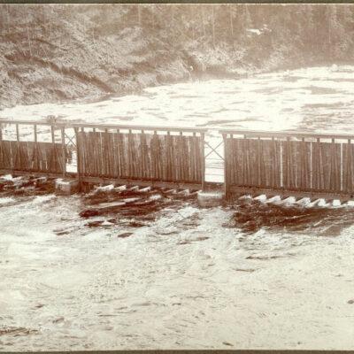 Oktober 2008 Fotot är taget över flottningsdammen våren 1927 och som synes så är det högvatten. Fotoägare: Albertsson och Frigren