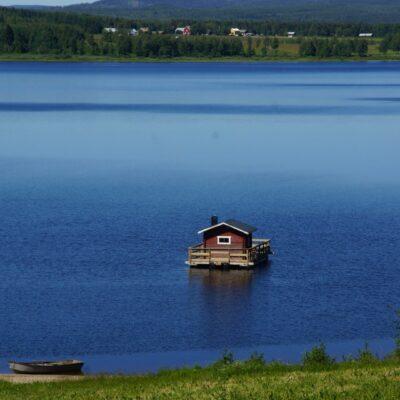 2018-07-01 Så har bastuflotten ankrats upp utanför hembygdsområdet. Stort tack till Lars och Stefan. Foto: Åke Runnman