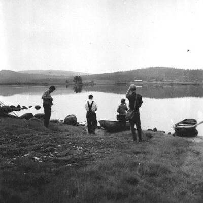 """Juli 2018 - Så tar vi ett par bilder till från Vargträsk. Denna gång fotograferade av Evert Larsson omkring 1957. Bildtexterna lyder: """"Utsikt mot gamla byn från Villehard Vidmarks båtlänning på östra sidan av sjön."""" Var fanns den båtlänningen? Någon som kan berätta mer får gärna kontakta mig ake@runnman.se"""