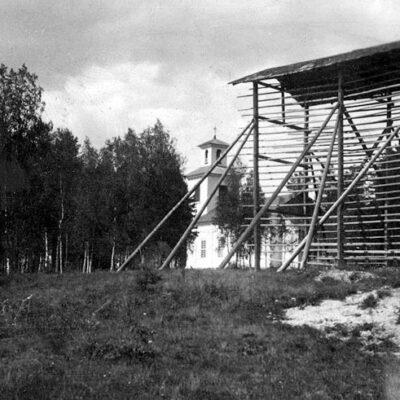 September 2018. Bild från Västerbottens museums samlingar. Var har denna storhässja stått?