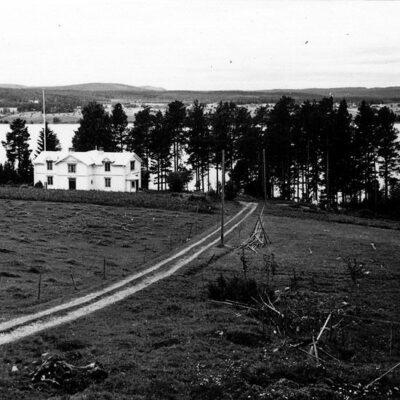 Oktober 2018.   Bild från Västerbottens museums samlingar. Tyckte det var dags med en bild från Hemgården.