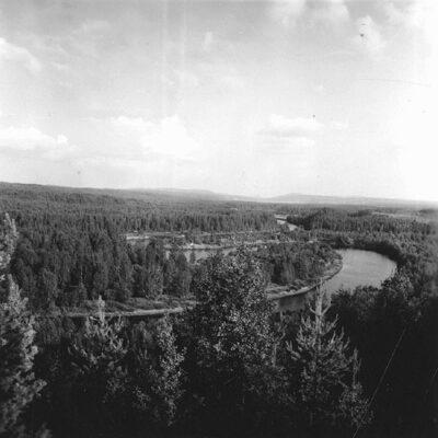 November 2018.  Bild från Västerbottens museums samlingar.Östra Örträsk. Utsikt över Öre älv norr om Örträsk. Foto Evert Larsson 1957.