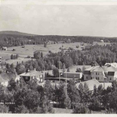 Bjurholm från kyrkan. Förlag: Anderssons Pappershandel, Bjurholm Tel. 9. Plundrat. Ägare: Åke Runnman. 9x14