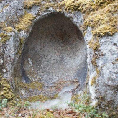 Juni 2011. En mindre sten har här legat och nött sig in i blocket. En nytagen bild men av ett väldigt gammalt objekt. En lämning från istiden - ett flyttblock med en urgröpning som skapats i någon av de isälvar som under denna kalla tid rann genom våra trakter. En mindre sten har här legat och kullrat runt mot det stora blocket och till slut nött sig in i blocket. Blocket ligger en bit in efter Sågvägen, som är en avstickare från Höglundavägen. Foto: Åke Runnman