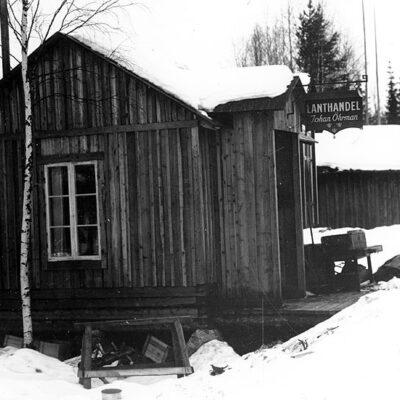 Mars 2011. På bilden syns Johan Öhrmans lanthandel, senare Bengt Königssons kiosk. Sedan sålde en konstnär konstverk där för 2-3 kronor styck.