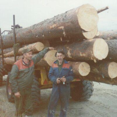 November 2011. Nu kommer en bild tagen i samband med renoveringen av flottningsdammen som påbörjades 1993. Här är det Göte Edvinsson och Tage Königsson som står vid traktorn som transporterade virket från avverkningen vid Siholmarna ner till Örträsk. Se på dimensionerna och imponeras.