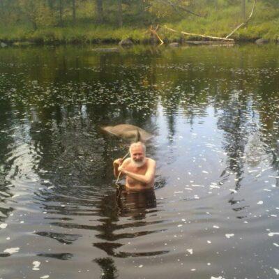 Oktober 2010. Denna månad kommer en högaktuell bild från årets älgjakt där Rickard Eklund uppoffrar sig och tar ett kallbad. Notera älgen som hänger på släp. Foto: Fredrik Thorén