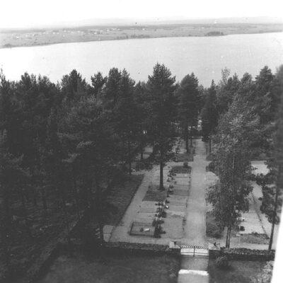 Juni 2020. Östra Örträsk. Utsikt från kyrktornet mot norr. I förgrunden kyrkogården. Foto: Evert Larsson, folklivsforskare, konstnär och konservator som levde mellan åren 1898 - 1964.