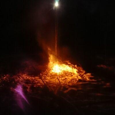 2020-11-24 En vacker måne lyser över elden Utifälla. Foto: Göran Andersson