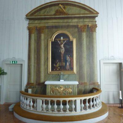 Kyrkans altartavla föreställer korsfästelsen och är målad av Pehr Fjällström år 1738. Den var tidigare altartavla i Lycksele, men skänktes till Örträsk när kyrkan invigdes där. I likhet med predikstolen är altaret och den arkitekturmålning som omger altartavlan rika på symboliska motiv.