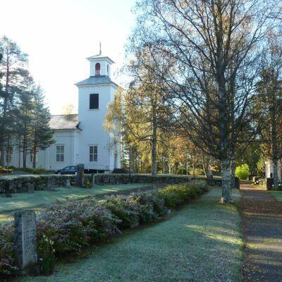 Den äldsta delen av kyrkogården ligger vid sidan om kyrkan och omges av en låg kallmurad bogårdsmur. De grusgravar som en gång fanns är igenlagda med gräs. Björk och rönn är de dominerande trädslagen. I bakgrunden syns kyrkan och gravkapellet. Nedanför gravkapellet, i sluttningen mot sjön, invigdes en nyare kyrkogårdsdel 1930.