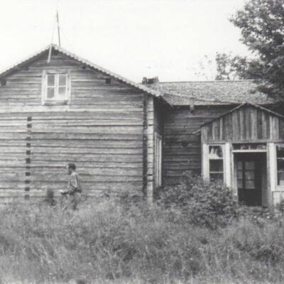 Augusti 2012. Här kommer en bild som jag fått från Ture Örestig. Huset är boningshuset på Ängesåker där Emil och Frida Strömgren bodde. Bilden är tagen 1955 och det är Tage Örestig som syns. Väldigt roligt att få se hur byggnaderna såg ut eftersom allt är rivet i dag.