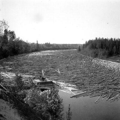 Januari 2015 Här kommer en bild från en svunnen tid. Bilden är tagen av Ossian Olofsson omkring 1930 och visar timmer någonstans efter Öreälven. Är det någon som vet mer exakt? Visst är det en spelflotte som syns i bilden?