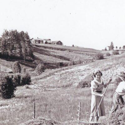 Juli 2012. Här kommer en bild som jag fått låna från Lars-Allan Olofsson. Man ser ravinen nedanför det hus som Anders Dahlgren nu bor i och till vänster i bakgrunden syns huset där Gustav Jonsson bodde. Vilka är personerna på bilden?