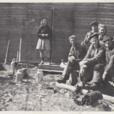 Juli 2013. Julis månadsbild kommer från Göte Edvinsson och visar ett flottarlag utanför en koja. Är det någon som vet vilken koja det är och vilka personerna är?