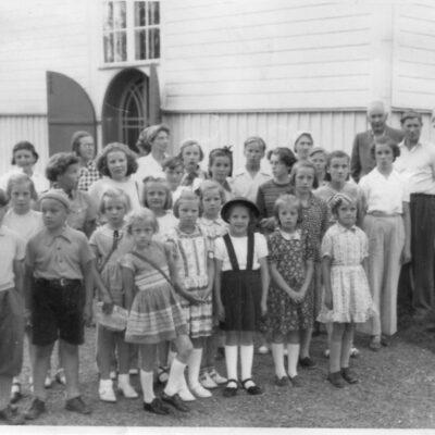 Mars 2012. Mars månads bild är inskickad av Sivert Nyström som själv finns med längst till vänster och något avkapad. Han tror det kan vara en söndagsskoleutflykt, men kommer inte ihåg vart eller exakt årtal. Det kan ha varit omkring 1948.  Någon som känner igen sig eller någon annan?