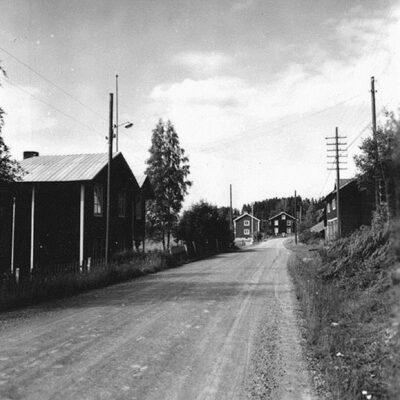 Mars 2013. Charlotta Öhrman skickar över detta kort där man ser Ida Johanssons pensionat till vänster och bussgaraget till höger.