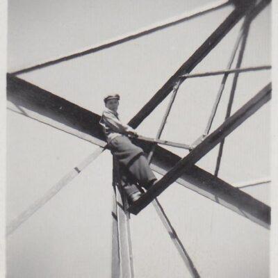 November 2013. Här kommer några bilder som Tore Nyström tog i samband med bygget av den nya bron i södra delen av sjön. Fotografierna har jag fått låna av Barbro Horn och det tackar jag för. Att det var vinter när bron byggdes är ju tydligt, men vilket år var det och är det någon som har några minnen från detta bygge så hör gärna av er.  Från Thord Allan Eriksson kommer mycket fakta:  Bron byggdes 1959-1960. Brobalkarna svetsades på land, för att sedan dras  över älven,  lördag 5 december 1959 låg bron på båda landfästena. Den 6 december gick Sigurd Gustavsson som förste ortsbo över bron. Söndag 24 juli 1960 började bron trafikeras med bilar. Uppgifterna har min far Johan Eriksson nedtecknat. Bilden till höger är nog från någon annan bro, troligen från Öråbron.