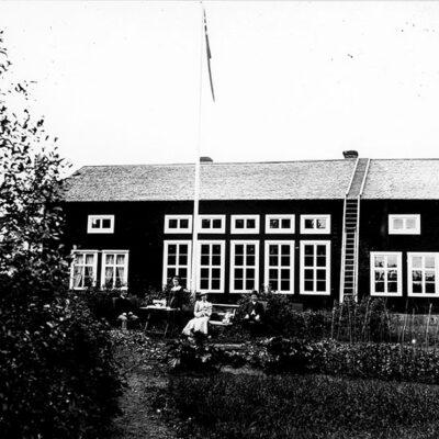 Oktober 2015. Emma Königsson har även tagit nedanstående bild där bildtexten från museet lyder:  Östra Örträsk. Skolan sedd från baksidan. Till höger bagare Gustavsson, till vänster skollärare Lundqvist. Flickan bagarens dotter Frida senare gift med faktor Almqvist, förvaltare hos Mo Do.