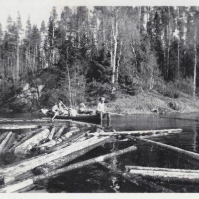 Oktober 2012. Landrensning i Öreälven. Dessa bilder är tagna av Tage Örestig i samband med flottning i Öreälven 1952. Är det någon som känner igen personerna på bilderna? Hör av er så fall.