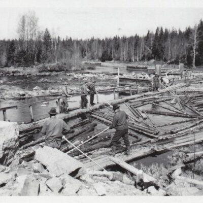 Oktober 2012. Tappning av virke till Storforsrännan. Dessa bilder är tagna av Tage Örestig i samband med flottning i Öreälven 1952. Är det någon som känner igen personerna på bilderna? Hör av er så fall.