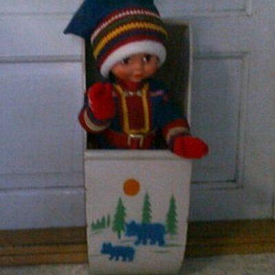 December 2013. Agneta Höglund har skrivit i Gästboken: Vilken härlig julskyltning. Jag minns den som igår. Jag gjorde många turer med spark till Emils skyltfönster och kikade, det fanns en liten, liten springa mellan fönsterkarmen och rullgardinen som täckte fönstret och där kunde man ana något himmelskt spännande. Docksparklådan till vänster om kyldisken stod överst på min önskelista, en dag var den borta och jag frågade farbror Emil vem som köpt den, men det sa han inte. På julafton kom tomten med den, det var min farbror Albert Höglund som köpt den till mig. Vilken lycka! Jag har kvar den än idag. Agneta