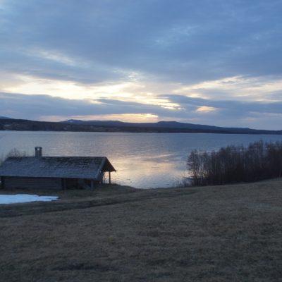2021-05-09 Nu har sjön rivit, ligger bara lite is kvar längs stränderna och vid utloppet. Sommaren är här, snart!  Foto: Åke Runnman