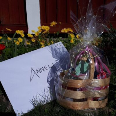 Bilder på presenter som överlämnats till Anneli från olika givare